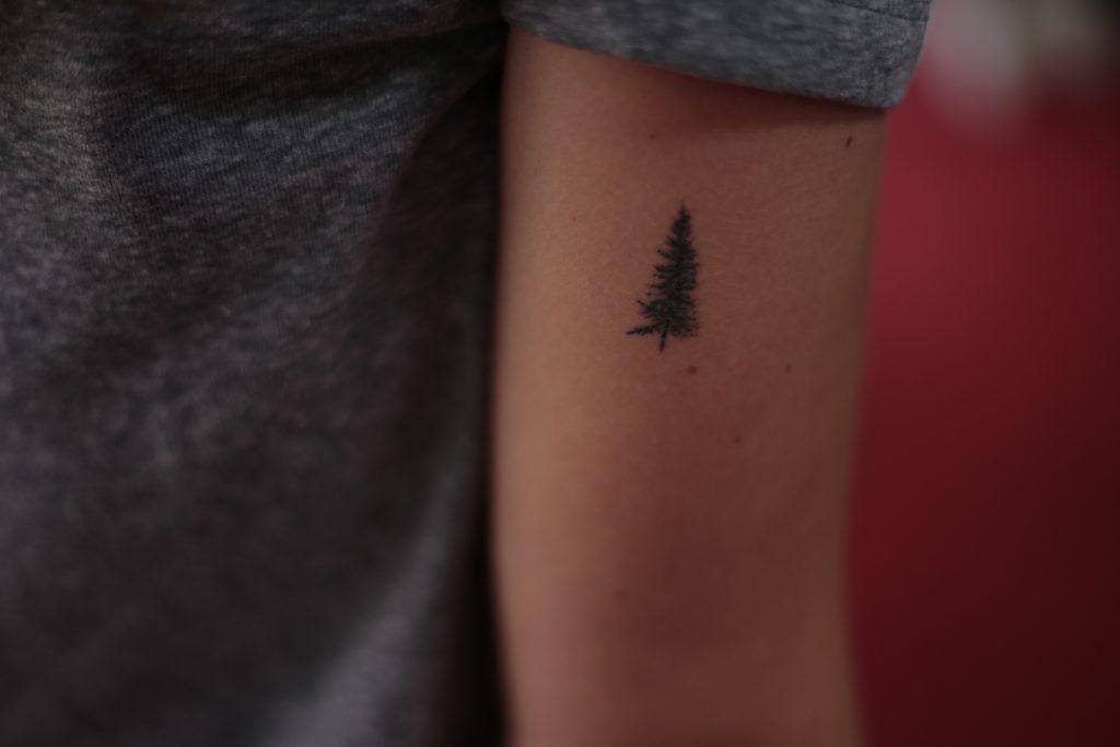 Vytetovaný stromček na ruke